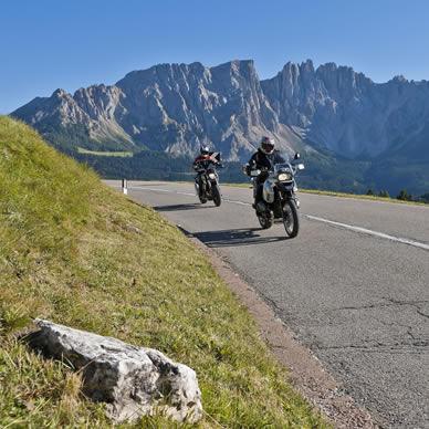 Motociclismo nelle Dolomiti.